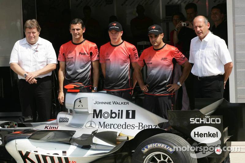 Patrocinio de Johnnie Walker en el McLaren: Norbert Haug, Pedro de la Rosa, Kimi Raikkonen, Juan Pablo Montoya y Ron Dennis