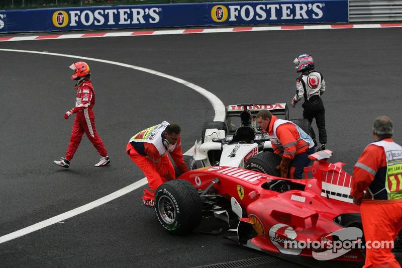 Michael Schumacher y Takuma Sato a pie hacia los boxes