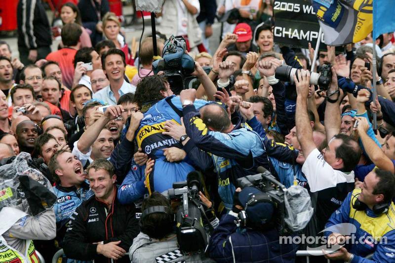 Formel-1-Weltmeister Fernando Alonso feiert mit dem Renault-Team