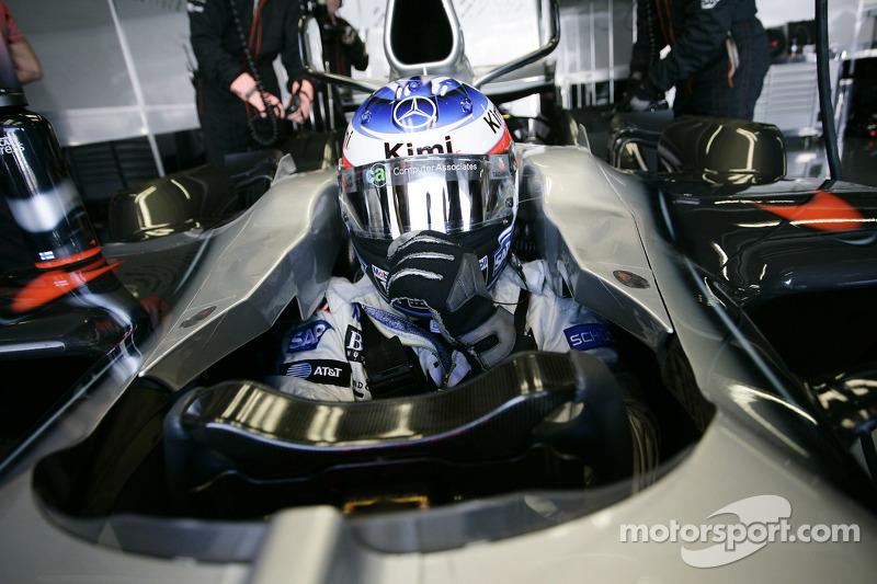 Kimi Raikkonen cerca para ir a la grilla de partida