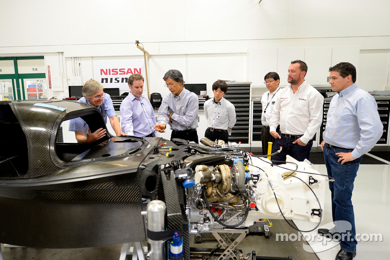 інженери разом з Nissan GT-R LM NISMO