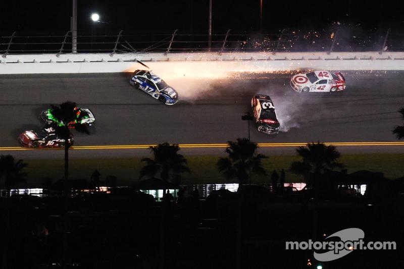 Ricky Stenhouse jr., Roush Fenway Racing, Ford, und Austin Dillon, Richard Childress Racing, Chevrolet, mit Unfall