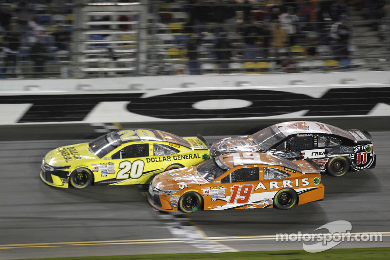 Matt Kenseth, Joe Gibbs Racing, Toyota; Carl Edwards, Joe Gibbs Racing, Toyota, und Kevin Harvick, Stewart-Haas Racing, Chevrolet