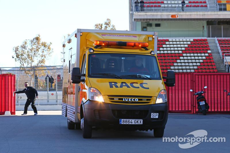 Fernando Alonso, McLaren, wird mit einem Krankenwagen ins Fahrerlager zurückgebracht