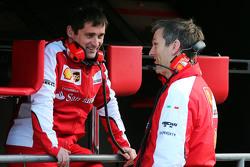 (da sinistra a destra): Toni Cuquerella, ingegnere di pista Ferrari con James Allison, Direttore Tecnico del telaio Ferrari
