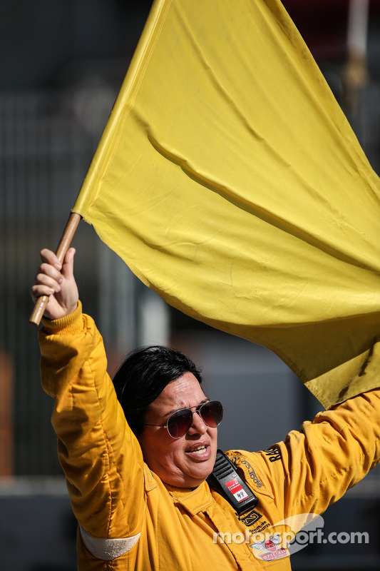 Um marshal com a bandeira amarela