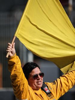 Ein Sportwart mit einer gelben Flagge