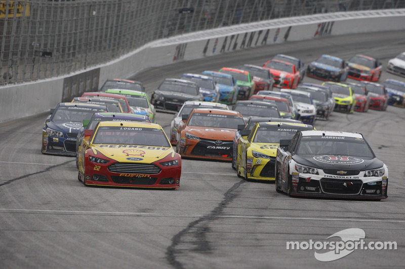 Restart: Kevin Harvick, Stewart-Haas Racing Chevrolet leads