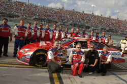 Ricky Rudd poses with the Wood Brothers and his crew prior to this last race
