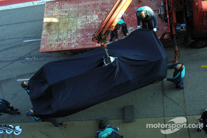 BMW mechanics return Heidfeld's car