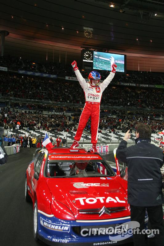 Sébastien Loeb fête sa victoire sur la Course des Champions