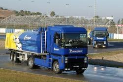 Tanklaster bewässern die Strecke in Jerez für Michelin-Reifentests