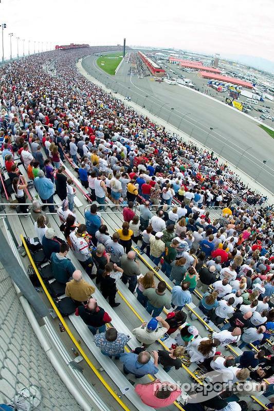 La foule attend le drapeau vert
