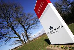 Bienvenue au centrel technique de l'équipe Super Aguri Formula 1 à Leafield