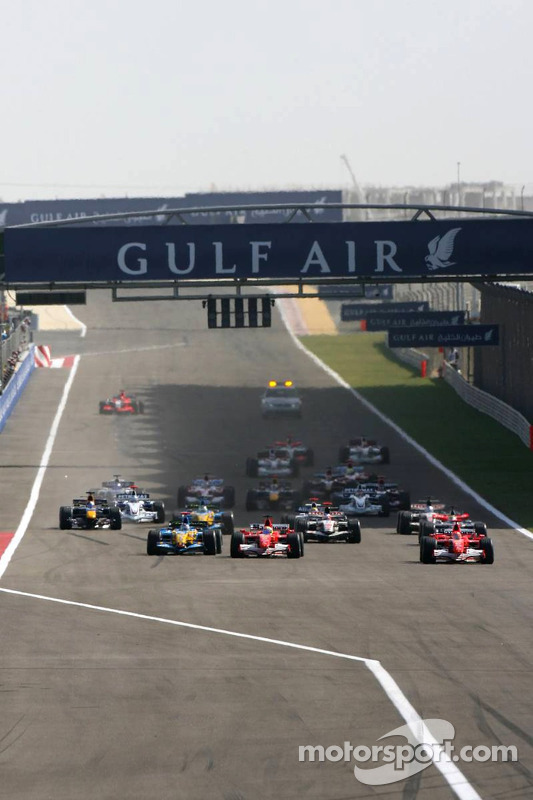 Inicio: Michael Schumacher, Felipe Massa y Fernando Alonso batalla por el liderato