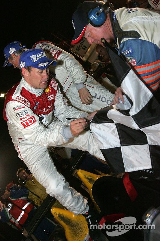 Tom Kristensen signe le drapeau à damier