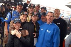 Rob Schneider, David Spade et John Heder posent avec les membres de leur équipe