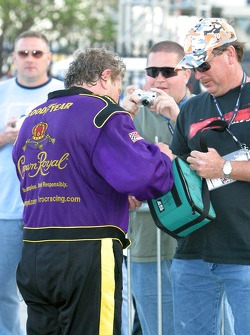 Steve Kinser signs autographs after being released from the hospital