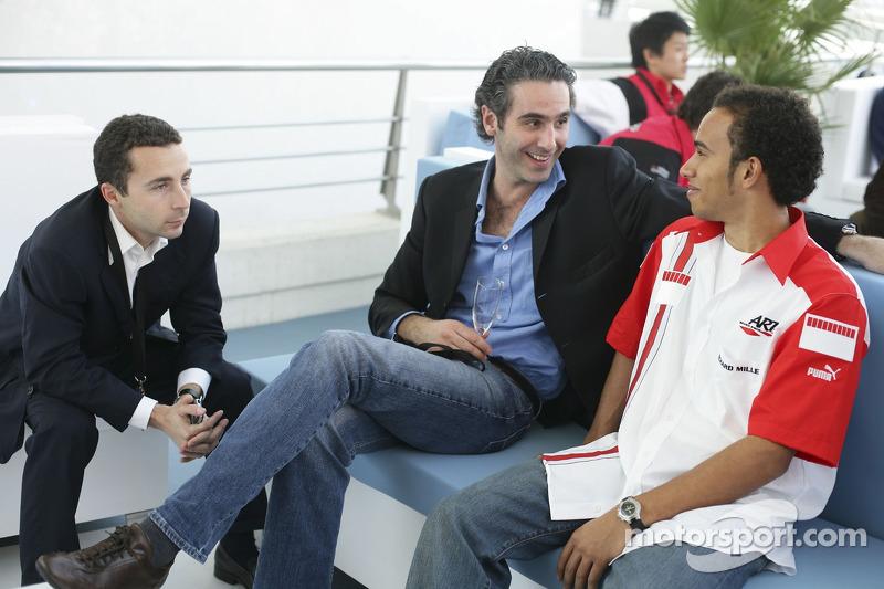 Nicolas Todt et Cedric de la Fontaine parlent avec Lewis Hamilton