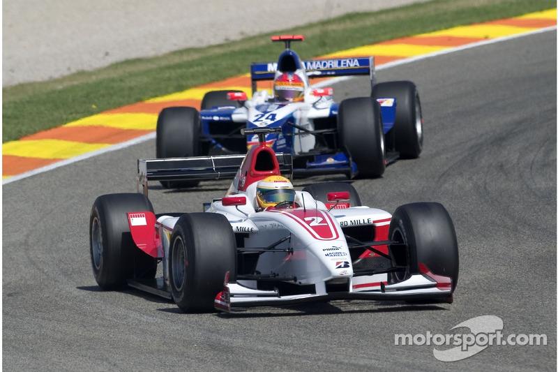 Lewis Hamilton devant Adrian Valles