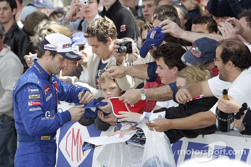 Le vainqueur Sébastien Loeb signe des autographes