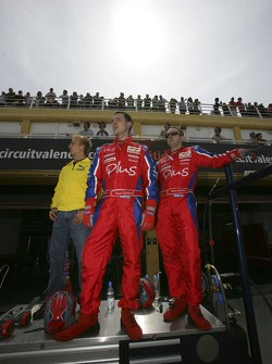 Heikki Kovalainen watches the race with the Arden crew
