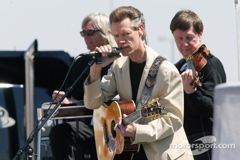 Le chanteur Randy Travis en concert avant la course