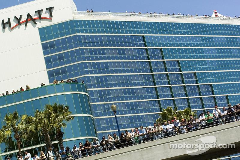 Des fans regardent la course le dimanche depuis l'hôtel Hayatt