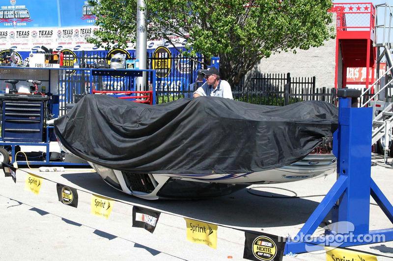 La voiture de démonstration de FOX retourne dans la ligne des stands