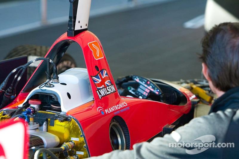 Mécanicien RuSPORT travaille sur la voiture #10 de AJ Almendinger