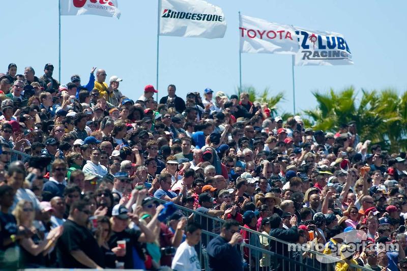 La foule acclame après l'hymne national