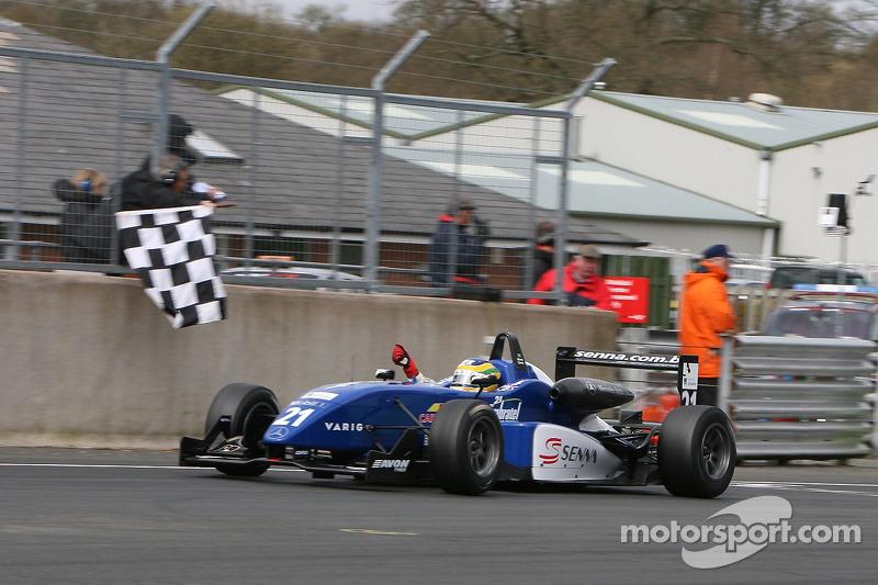 Bruno Senna passe la ligne d'arrivée