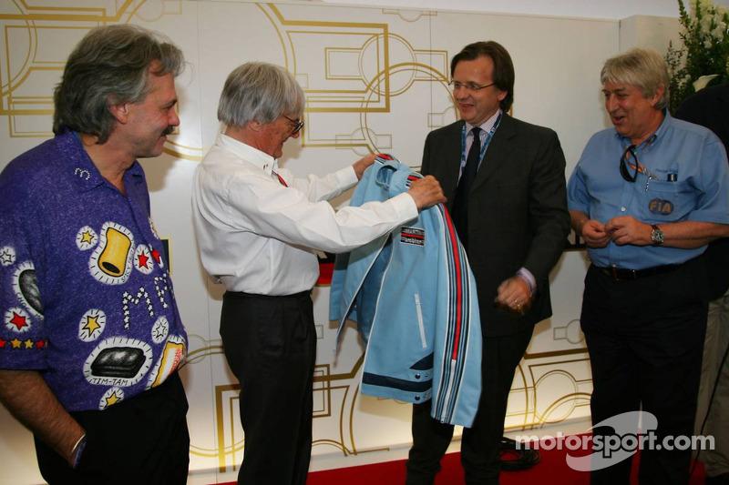 Bernie Ecclestone avec la veste rétro qu'il portait chez Brabham F1