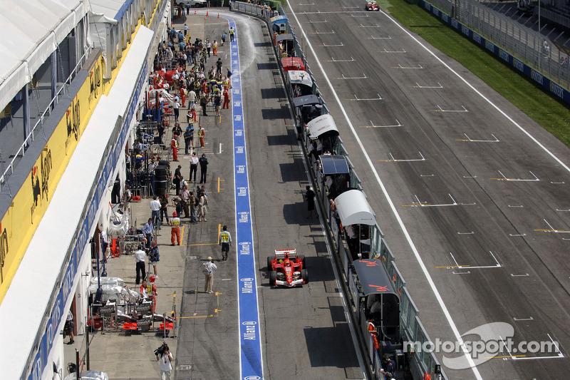 Michael Schumacher dans la ligne des stands
