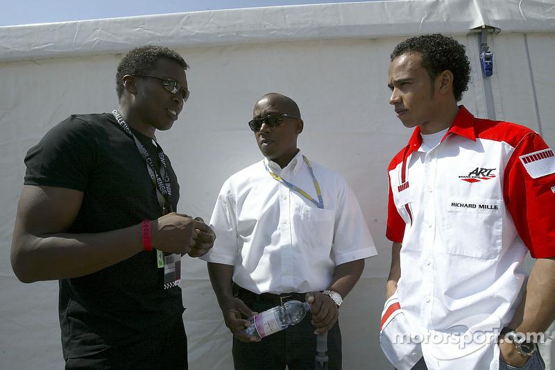 Le chanteur Haddaway parle avec Lewis Hamilton