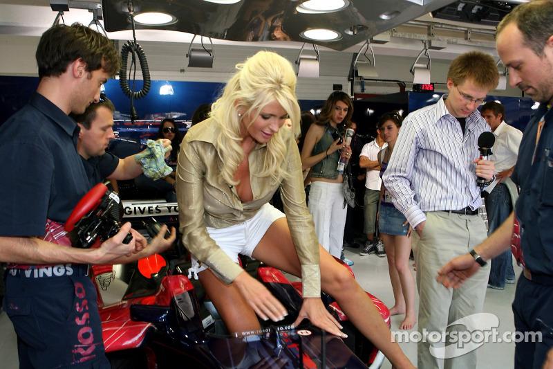 La journaliste Carolina Gynning dans le garage de la Scuderia Toro Rosso