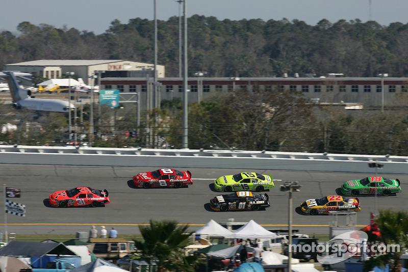 Jeff Burton emmène un groupe de voitures