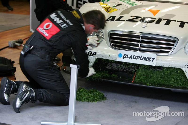 Des mécaniciens nettoient la voiture de Jamie Green