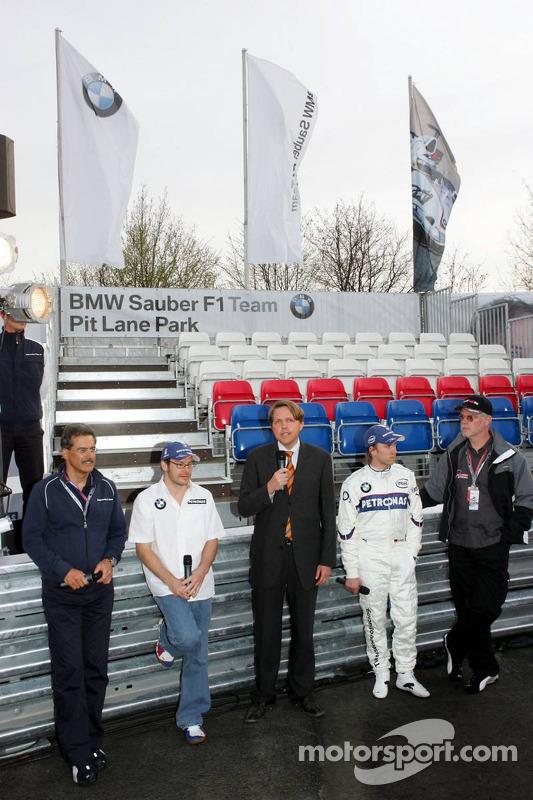 Visite du stand de l'équipe BMW Sauber: Dr. Mario Theissen, Jacques Villeneuve et Nick Heidfeld