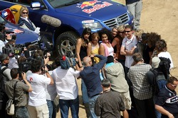 Red Bull goes off track: David Coulthard with Formula Unas girls in front of a Volkswagen Touareg