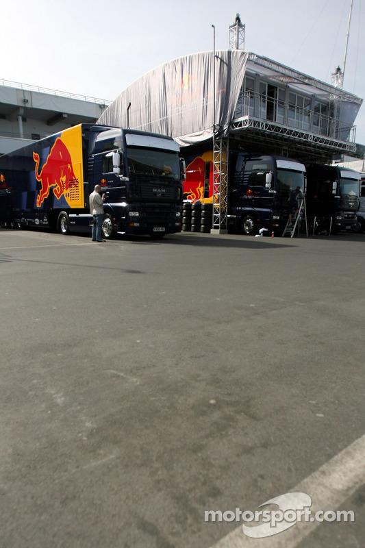 Des camions Red Bull Racing et la maison