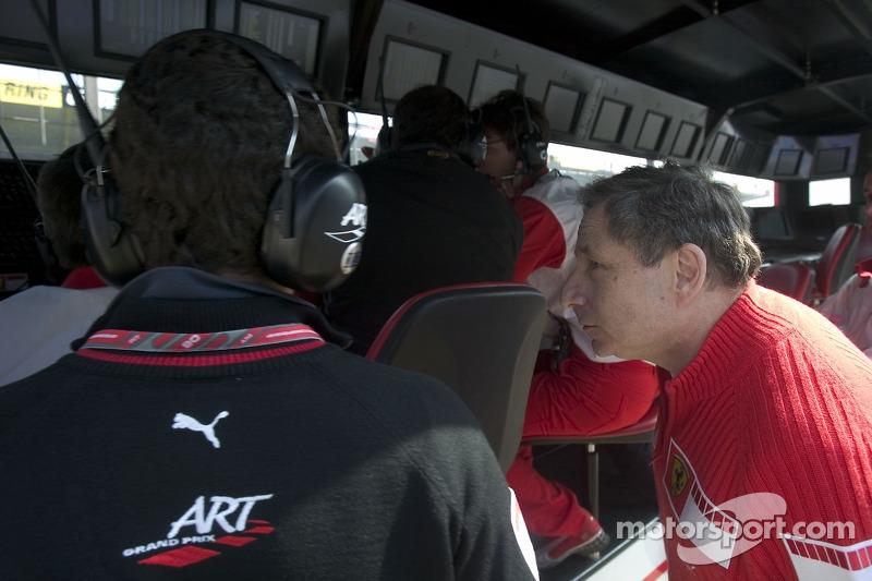 Jean Todt, le team principal de Ferrari sur le mur des stands