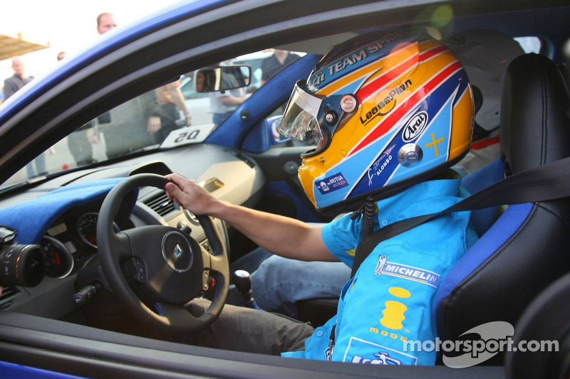 Fernando Alonso prend un fan autour du circuit
