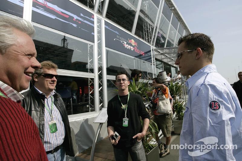 Christian Klien avec son père Johannes devant la Red Bull Energy Station