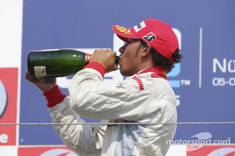 Lewis Hamilton prend une gorgée de champagne