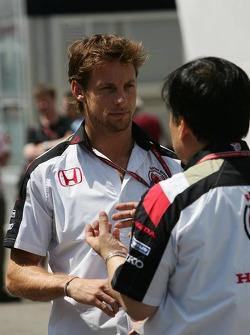 Jenson Button talks with a Honda engineer