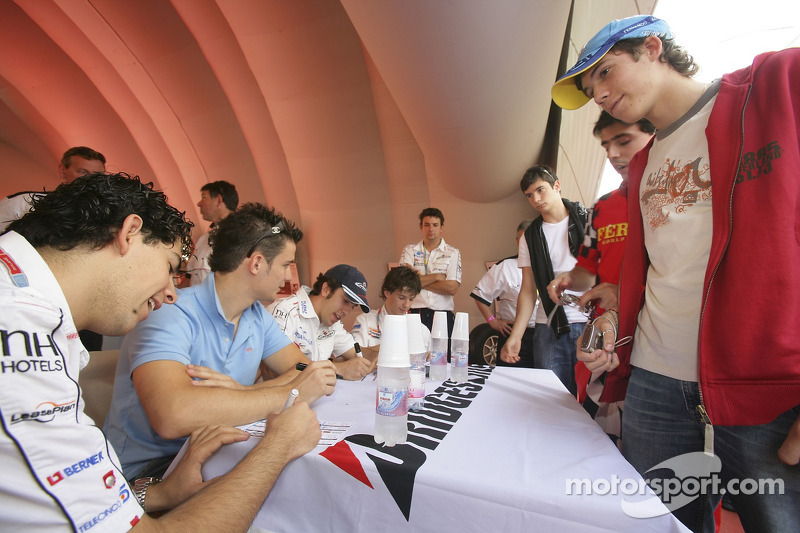 Adrian Valles, Sergio Hernandez, Felix Porteiro et Javier Villa signent des autographes