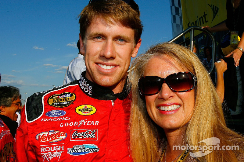 Carl Edwards pose pour une photo avec sa mère, Nancy Sterling