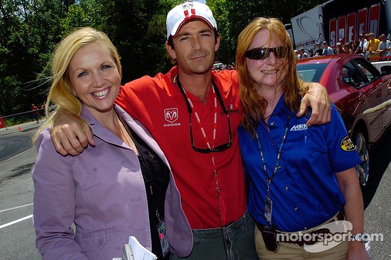 Luke Perry pose pour une photo avec Jennie Garth (gauche) et Tori Spelling à Darlington. Uh, Linda Przygodski (Motorsport.com) et Denise Wood (MRN/Racing Milestones).