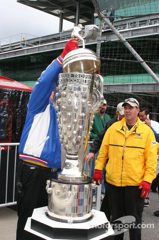 Le sommet est placé sur le trophée Borg Warner